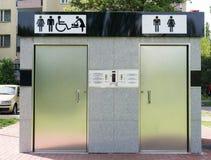 在街道上的公共厕所-正面图 库存图片