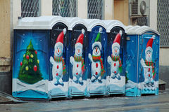 在街道上的公开便携式的洗手间在莫斯科 街道雪人和圣诞树艺术街道画在公共厕所 免版税库存照片
