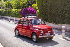 在街道上的典型的小法国汽车在戛纳,法国 免版税图库摄影