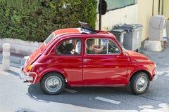 在街道上的典型的小法国汽车在戛纳,法国 库存图片