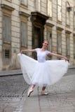在街道上的典雅的芭蕾舞女演员 库存图片