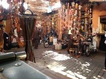 在街道上的凉鞋marrakrsh 免版税库存图片