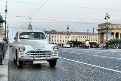 在街道上的减速火箭的汽车圣彼德堡moskvich 407 库存图片
