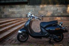 在街道上的减速火箭的moto滑行车 库存照片