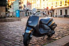 在街道上的减速火箭的moto滑行车 免版税库存图片