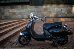 在街道上的减速火箭的moto滑行车 免版税库存照片
