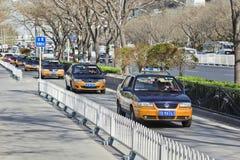 在街道上的出租汽车在北京市中心,中国 库存照片