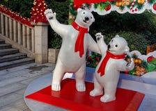 在街道上的北极熊雕象 库存照片