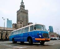 在街道上的华沙老公共汽车 免版税库存照片