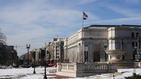 在街道上的华盛顿旗子风蓝天 股票视频