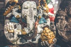 在街道上的印度神Ganesha阁下雕象在Ubud,巴厘岛 免版税库存照片