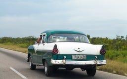 在街道上的古巴加勒比美国经典汽车司机 图库摄影
