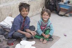 在街道上的可怜的孩子在Leh,拉达克,印度 免版税库存照片