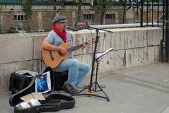 在街道上的吉他弹奏者。 免版税库存照片