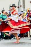 在街道上的土产妇女跳舞 免版税图库摄影