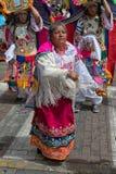 在街道上的土产kichwa妇女跳舞 免版税库存照片
