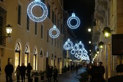 在街道上的圣诞节照明在罗马 库存照片
