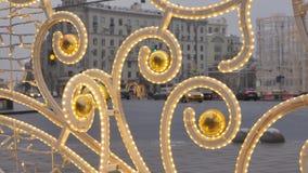 在街道上的圣诞节装饰 反对背景不是汽车和人群的运动的焦点  影视素材