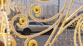在街道上的圣诞节装饰 反对背景不是汽车和人群的运动的焦点  股票视频