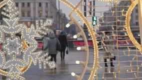 在街道上的圣诞节装饰 反对背景不是汽车和人群的运动的焦点  股票录像