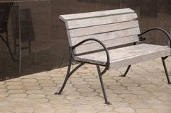 在街道上的城市木长凳 免版税图库摄影