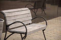 在街道上的城市木长凳 免版税库存图片