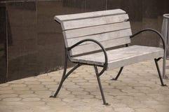 在街道上的城市木长凳 免版税库存照片