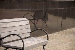 在街道上的城市木长凳 图库摄影