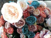 在街道上的多彩多姿的人造花花束 免版税库存图片