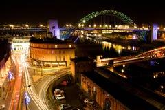 在街道上的夜视图,泰恩河桥梁和泰恩河靠码头,光亮的交通排行,泰恩河畔纽卡斯尔 库存照片