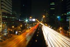 在街道上的夜轻的城市 库存图片