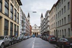 在街道上的大学教会 免版税库存图片
