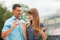 在街道上的夫妇 免版税库存图片