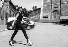 在街道上的女孩在黑白的城市 免版税库存照片
