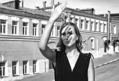 在街道上的女孩在黑白的城市 库存照片