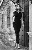 在街道上的女孩在黑白的城市 库存图片