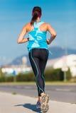 在街道上的女孩赛跑者 免版税图库摄影