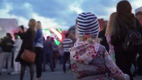 在街道上的女孩跳舞在城市节日 股票录像