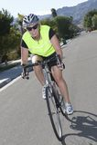 在街道上的女性骑自行车者骑马自行车 库存图片