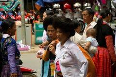 在街道上的妇女在爱市场节日期间在越南 免版税库存图片
