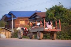在街道上的家庭在Thakek,老挝 免版税库存照片