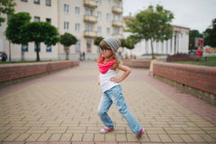在街道上的小女孩跳舞 图库摄影