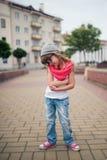 在街道上的小女孩跳舞 库存照片
