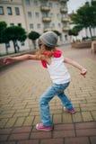 在街道上的小女孩跳舞 免版税图库摄影