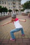 在街道上的小女孩跳舞 免版税库存图片