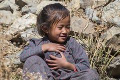 在街道上的尼泊尔孩子在喜马拉雅村庄,尼泊尔 免版税库存照片