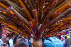 在街道上的尼泊尔长笛卖主 免版税图库摄影