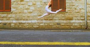在街道上的年轻芭蕾舞女演员舞蹈家跳舞在城市4k 股票视频