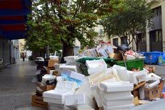 在街道上的废堆 免版税库存照片