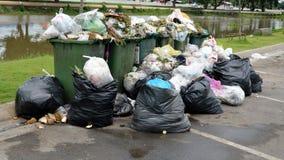 在街道上的废料箱 库存图片